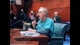 dr. John Robb veterinario avverte dei pericoli della iperimmunizzazione sugli animali.
